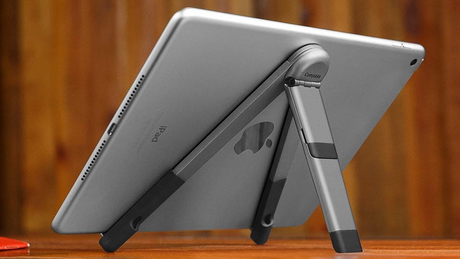 12 South Compass Pro iPad đứng trên bàn