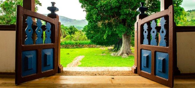 cửa hiên thấp mở ra sân sau đầy cỏ