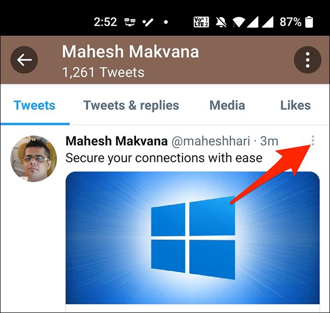 Nhấn vào ba dấu chấm ở góc trên bên phải của một tweet trong ứng dụng di động của Twitter.