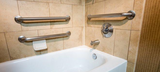 bồn tắm với gạch tự nhiên và thanh nắm kim loại