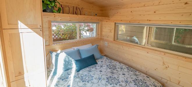 ngôi nhà nhỏ với những bức tường và giường bằng gỗ