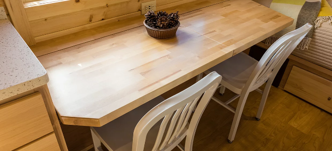 nội thất ngôi nhà nhỏ với bàn gỗ
