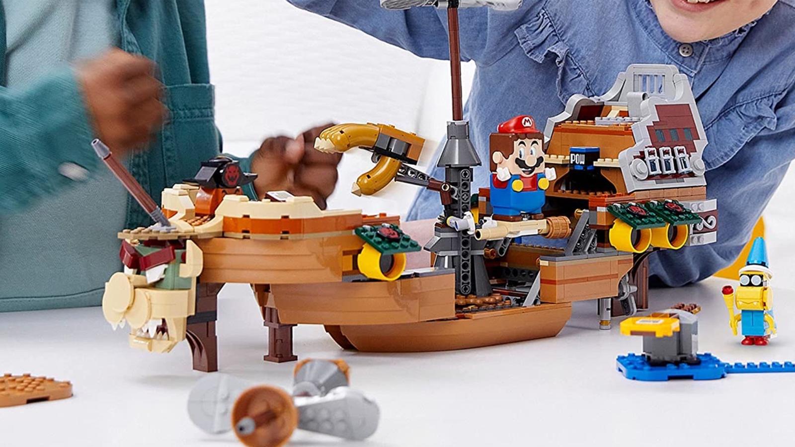Trẻ em chơi với bộ LEGO