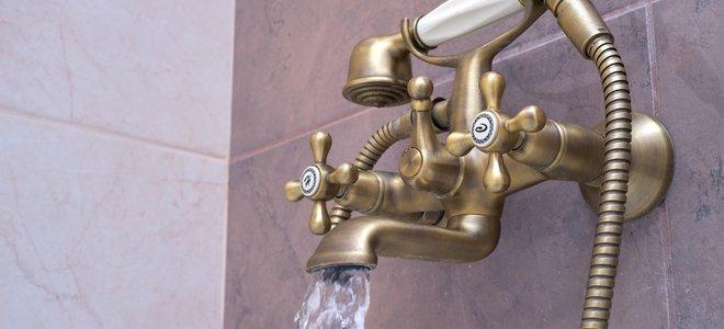 bồn tắm đẹp và phần cứng vòi hoa sen với vòi chảy