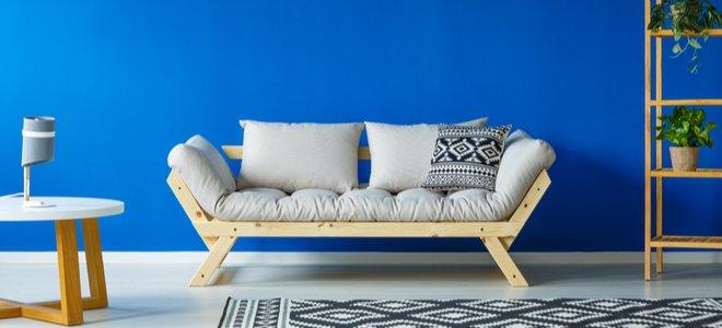 bức tường màu xanh sáng sau chiếc ghế dài