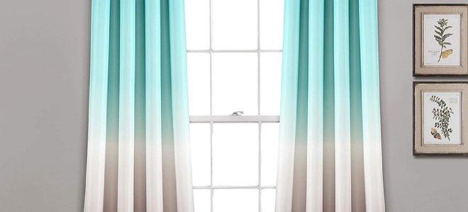 rèm cửa hai màu trước cửa sổ sáng và cạnh tranh treo
