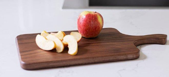 thớt gỗ với táo trên quầy bếp