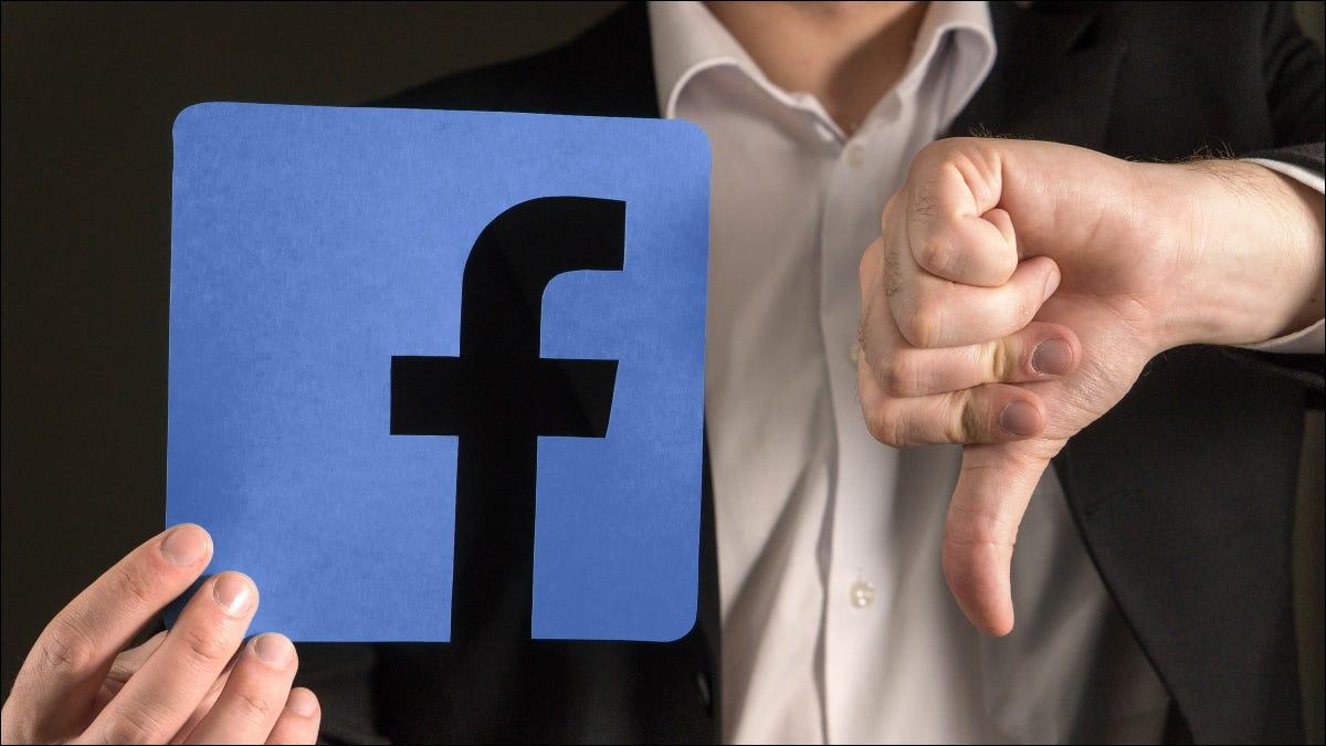 Một người đàn ông đưa ngón tay cái xuống logo Facebook.