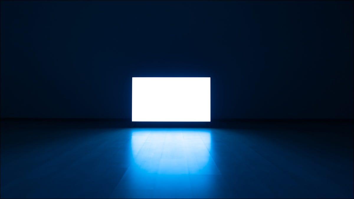 Một chiếc tivi sáng trong phòng tối.