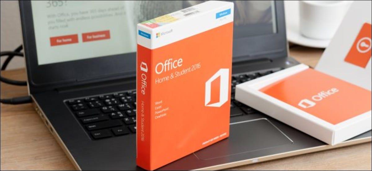 Một bản sao đóng hộp của Microsoft Office 2016 trên máy tính xách tay.