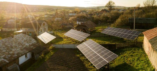 cộng đồng nông thôn với các tấm pin mặt trời lớn