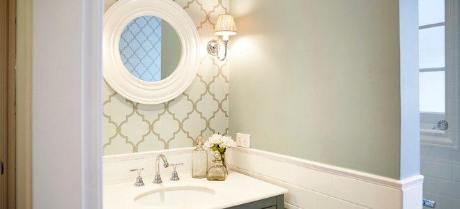 giấy dán tường và sơn tường trong phòng tắm với bồn rửa và gương