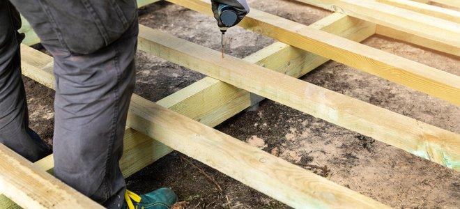tay khoan các mảnh gỗ của boong với nhau