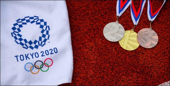 Logo Tokyo 2020 với kim loại vàng, bạc và đồng