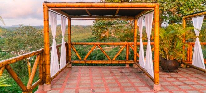 lều tre trên sân trong phong cảnh nhiệt đới