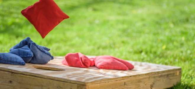 trò chơi beanbag ngô trên bãi cỏ