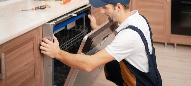 người lắp máy rửa bát dưới quầy bếp