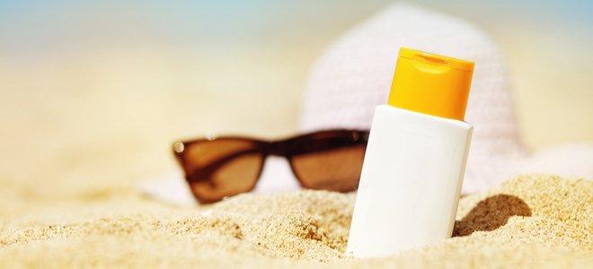 kính và mũ chống nắng trên bãi biển đầy nắng