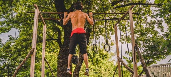 người tập kéo lên trong một thiết lập phòng tập thể dục ngoài trời