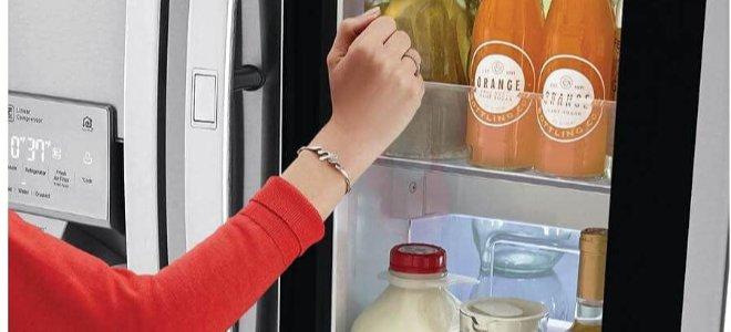 đặt tay cạnh cửa sổ nhìn xuyên qua tủ lạnh