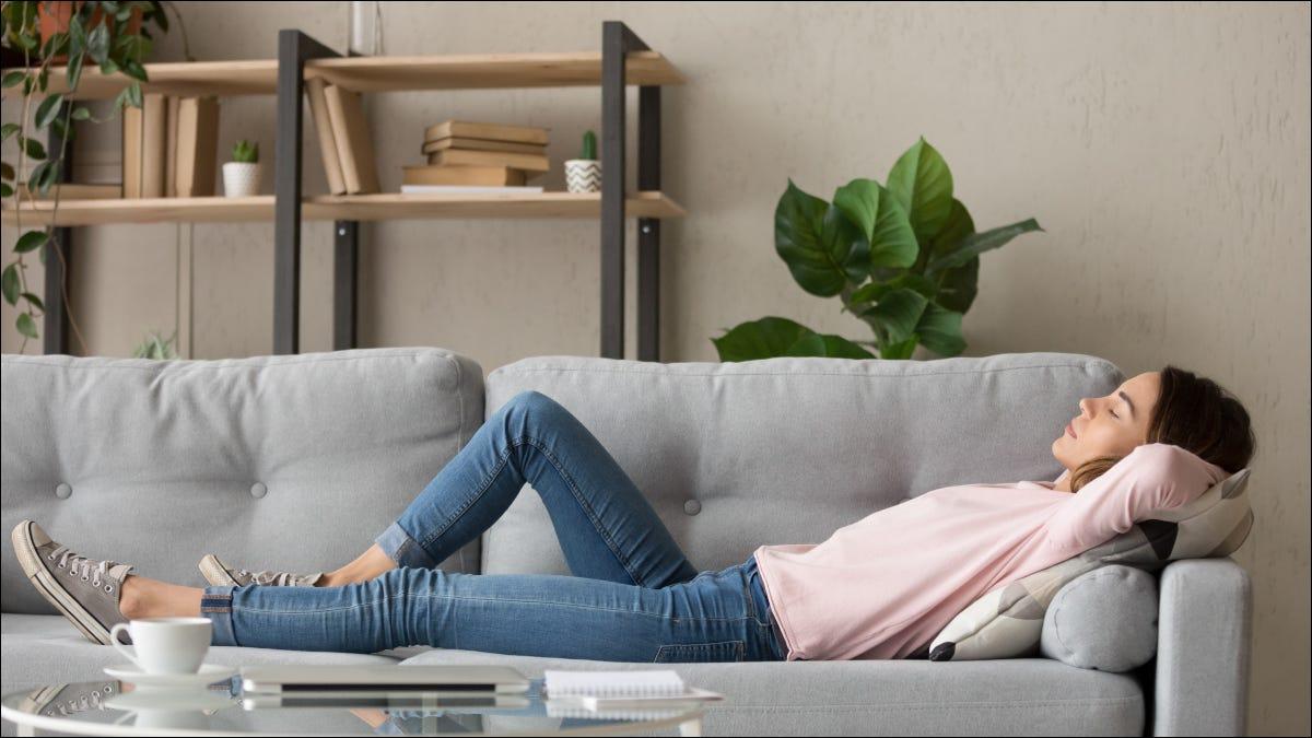 Người phụ nữ trẻ ngủ trên chiếc ghế dài màu xám