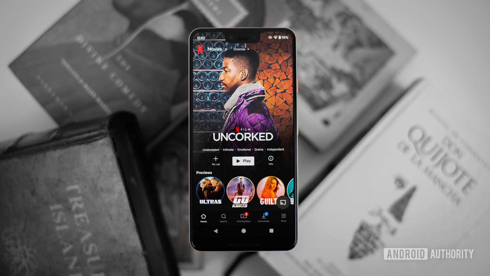 Phim truyền hình Netflix trên điện thoại thông minh stock photo 1