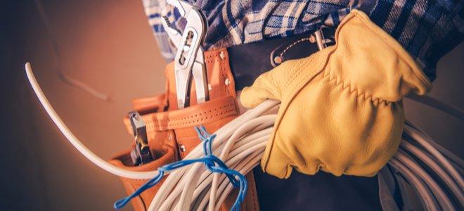 thợ điện với các dụng cụ và vật tư đi dây