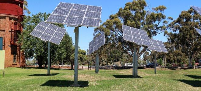 tấm pin mặt trời trên cột cao