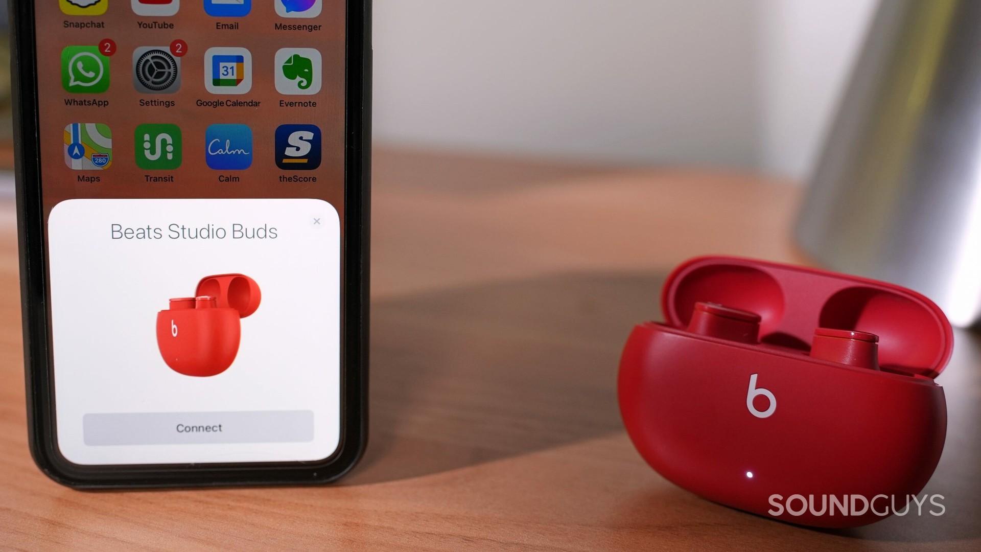 Beats Studio Buds khử tiếng ồn cho tai nghe không dây thực sự ở chế độ ghép nối với iPhone.