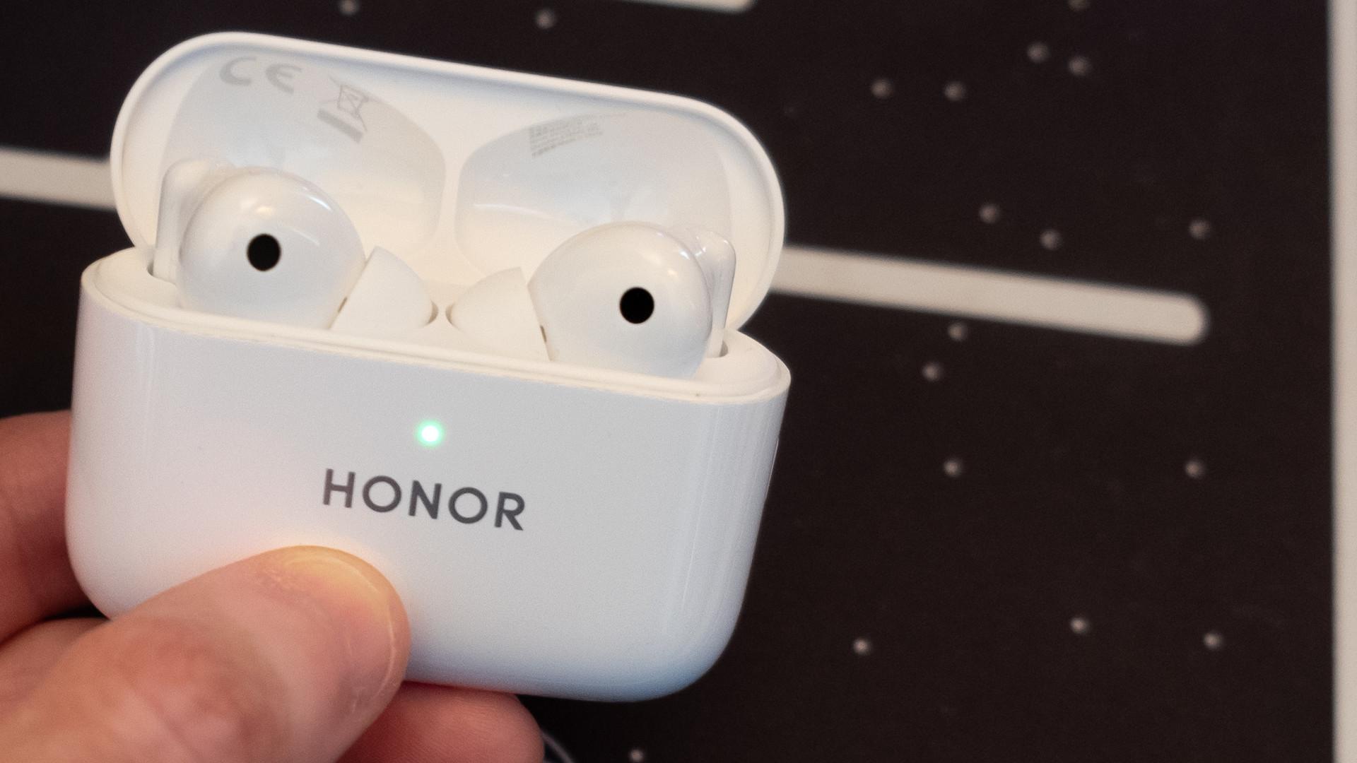 Hình ảnh Honor Earbuds 2 Lite trong hộp sạc khi mở nắp