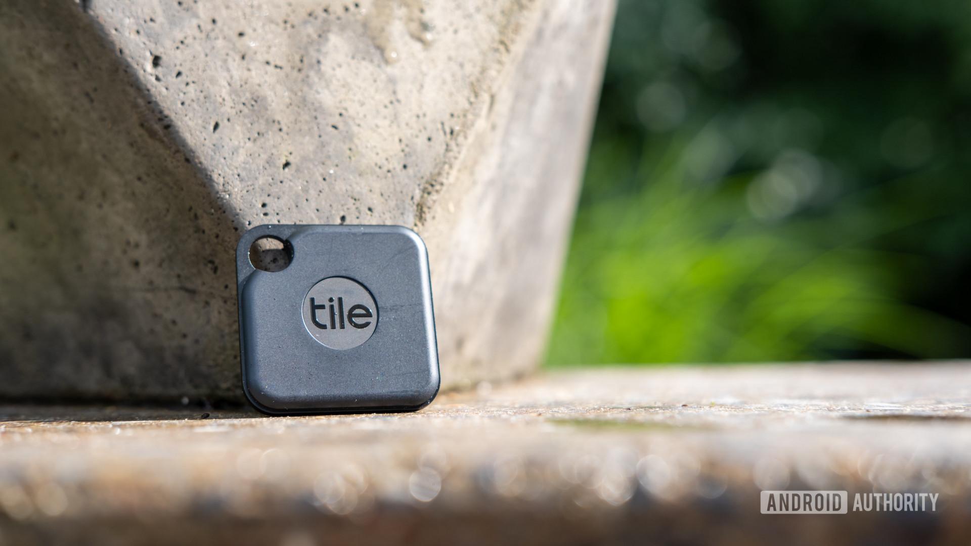 Hình ảnh của Tile Pro trên mặt bàn xi măng