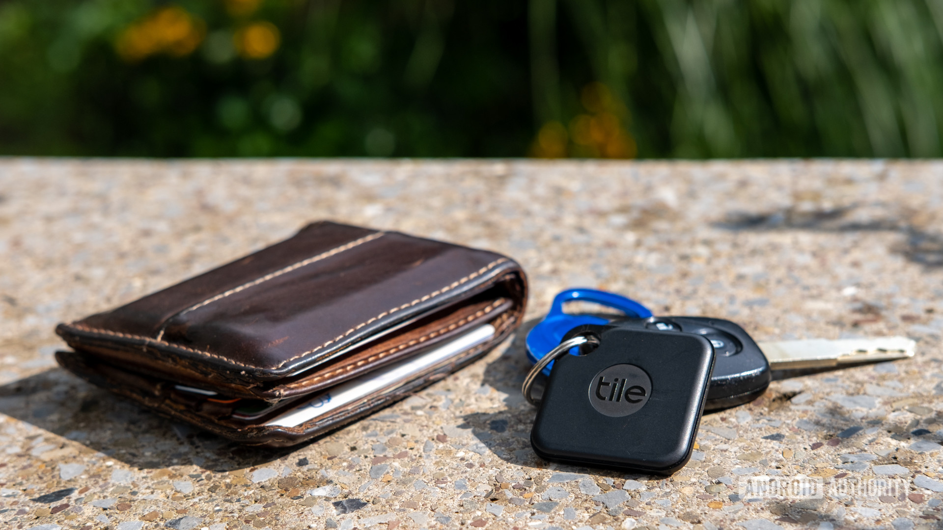 Tile Pro trên một chùm chìa khóa bên cạnh một chiếc ví